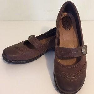 CLARKS: Leather Mary Jane's!!